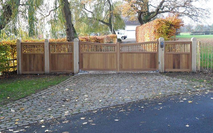 Ampio cancello in legno