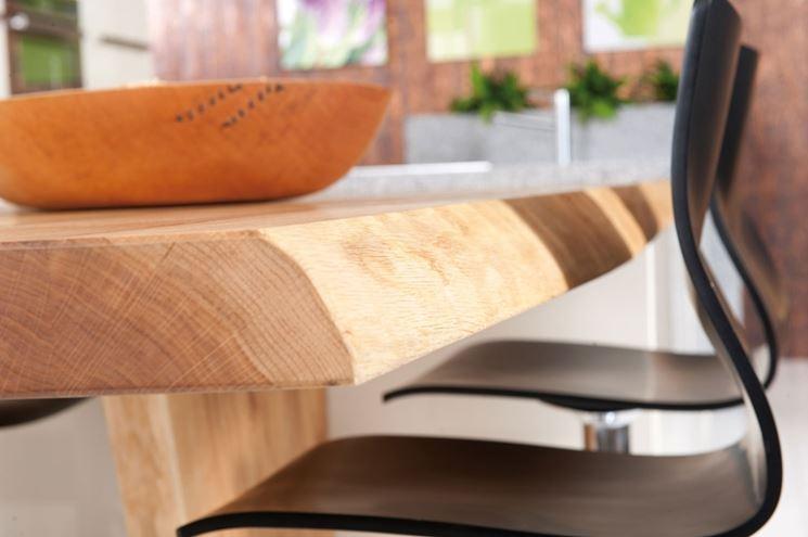 particolare di tavolo in legno massello