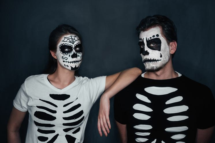 Costumi di carnevale fai da te, due originali travestimenti da scheletro