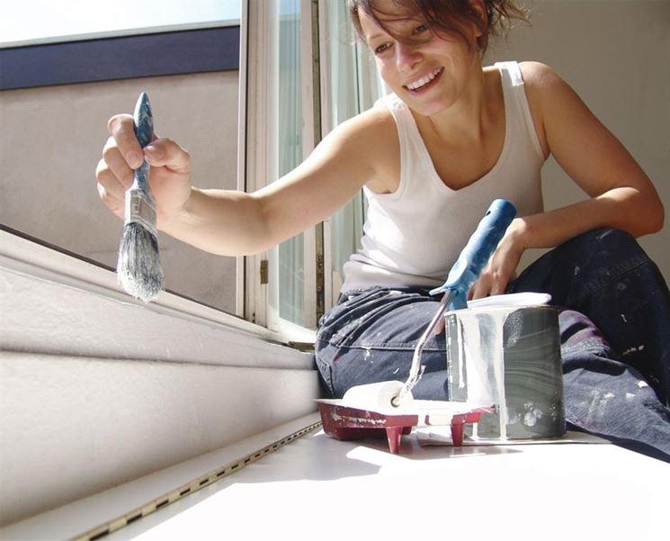 Donna che pratica bricolage