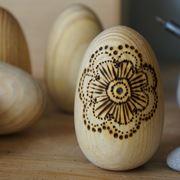 Uovo di legno decorato