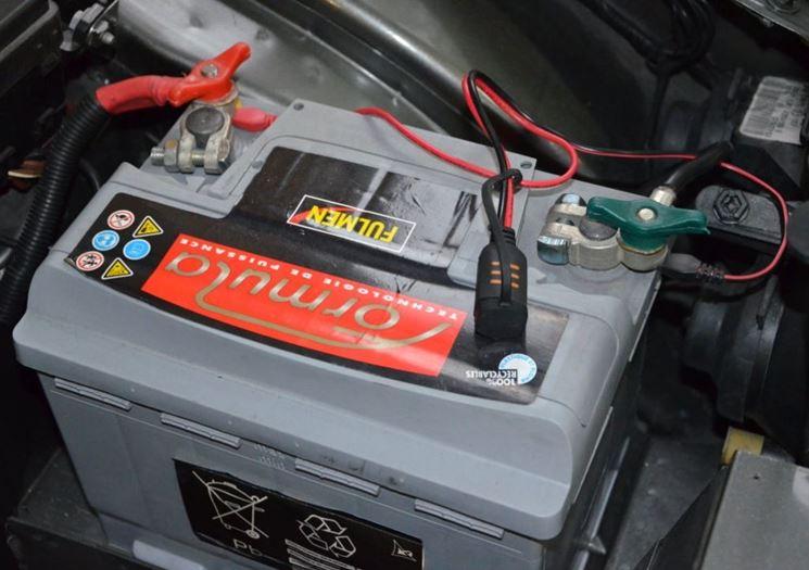 Batteria auto in fase di ricarica