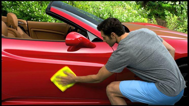 Applicare la cera per l'auto