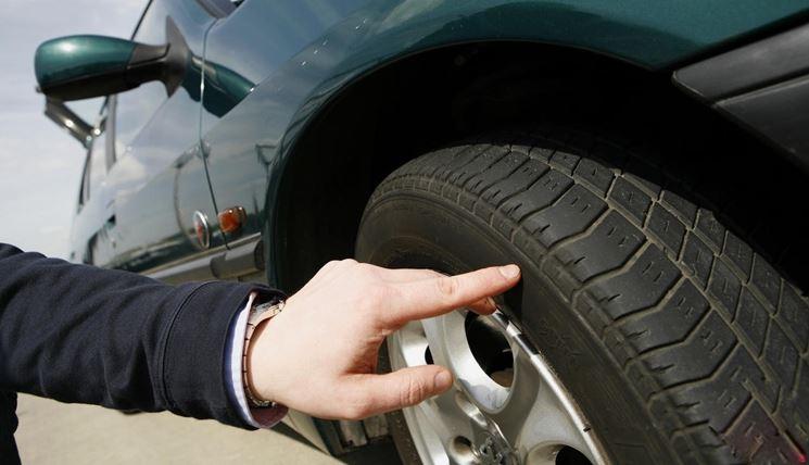 Controllo pneumatici auto