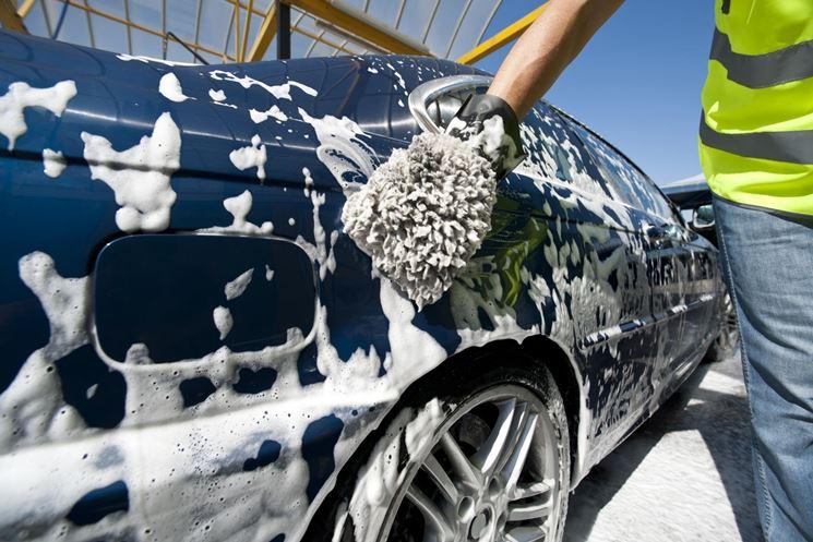 Lavaggio auto con spugna