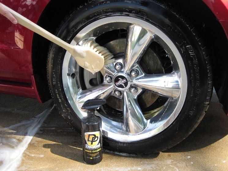 Lavare l'auto? Si inizia dalle ruote