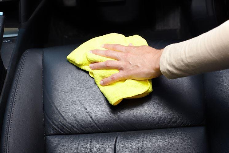 Pulizia di sedili in pelle