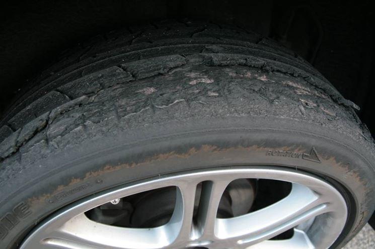 Usura di uno pneumatico troppo gonfio