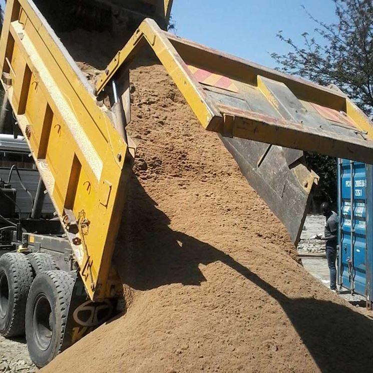 Camion che scarica della sabbia di fiume