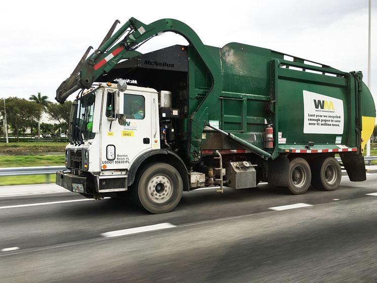 Camion adibito alla raccolta dei rifiuti