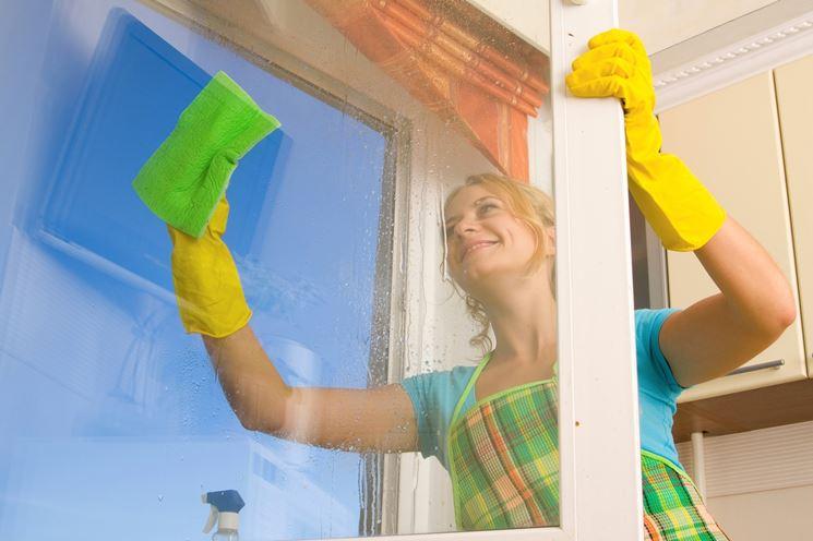 Mai pulire i vetri in bilico su una finestra aperta