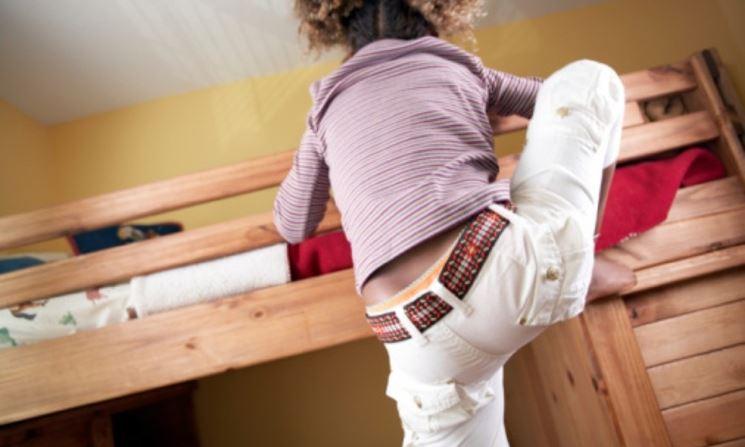Bambino non sorvegliato che si arrampica