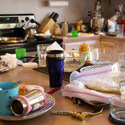 Una tavola disordinata e sporca