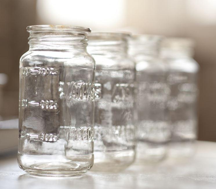 Barattoli di vetro utilizzati come segnaposto a tavola