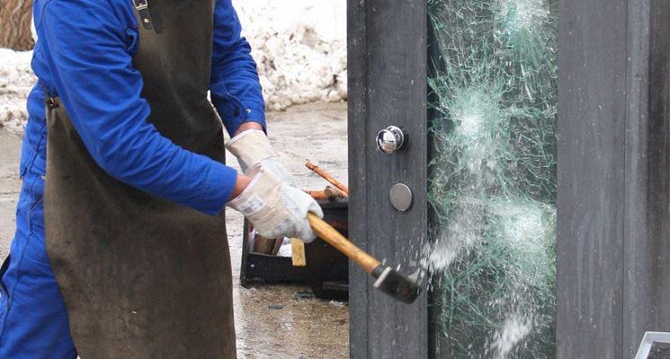 Test di resistenza su un vetro antisfondamento