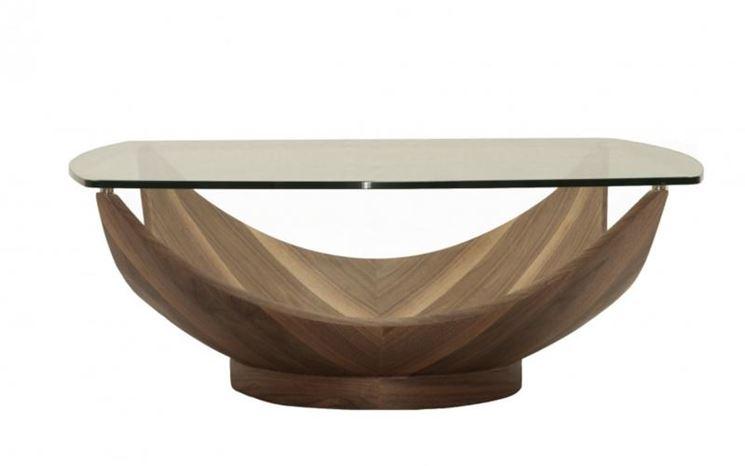 Un tavolo con piano in vetro
