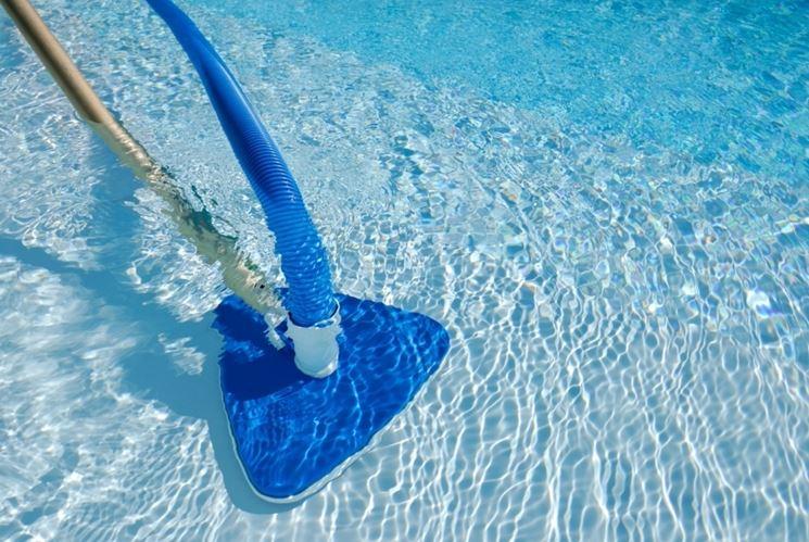 Pulitura di una piscina