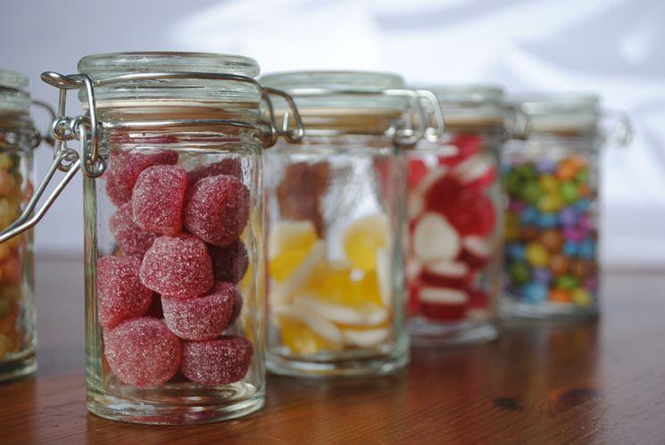 Vasetti di vetro con caramelle