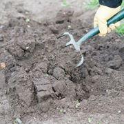 Preparazione del terreno per seminare il prato