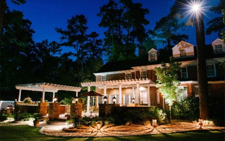 Illuminazione di una villa con giardino
