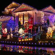 Una casa completamente illuminata