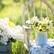 Sedia in legno con fiori