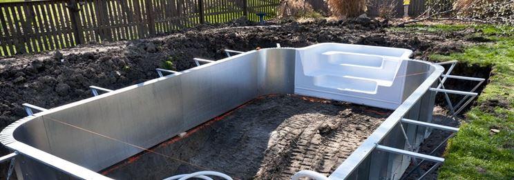 Posa piscina in vetroresina in uno scavo