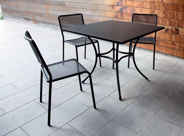 Tavolo con sedie da giardino coordinate
