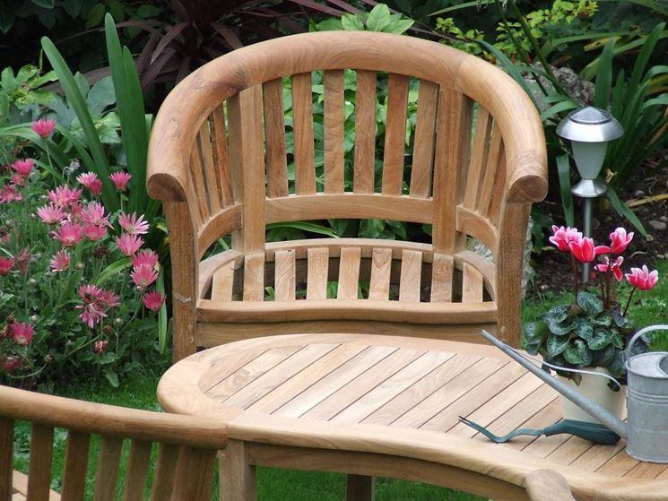 Esempio di sedia in legno da giardino