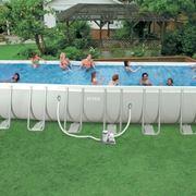 Esempio di piscina con sostegni in metallo