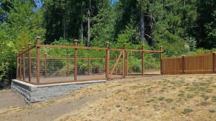 Recinzione con travi di legno e rete