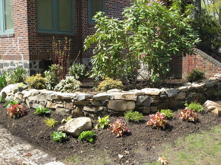 Aiuole in pietra stili di giardini come realizzare - Muretti in pietra giardino ...