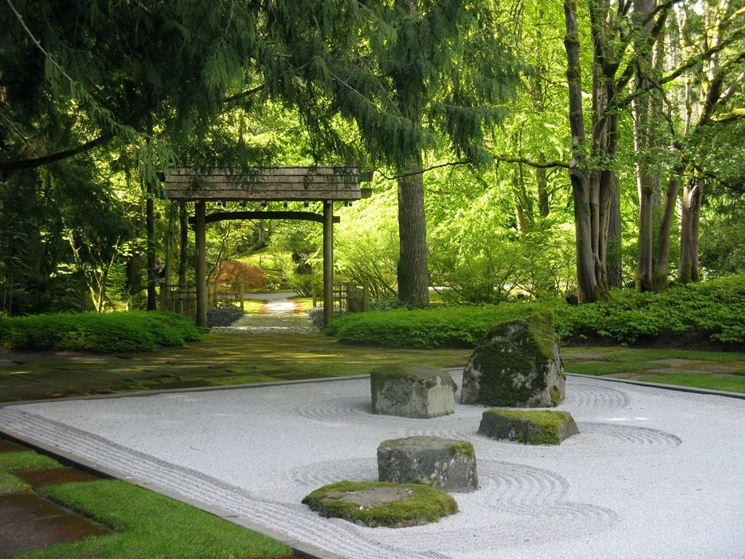 Onde intorno alla roccia in giardino zen
