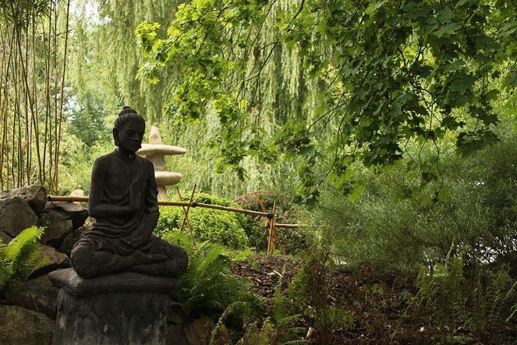 Statua Budda in giardino zen