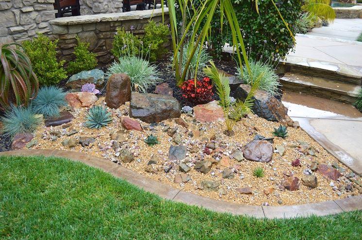 Aiuola con rocce e piante