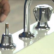 L'installazione dei rubinetti per la vasca
