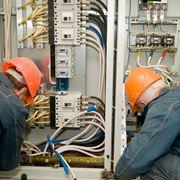 Tecnici a lavoro su un impianto elettrico