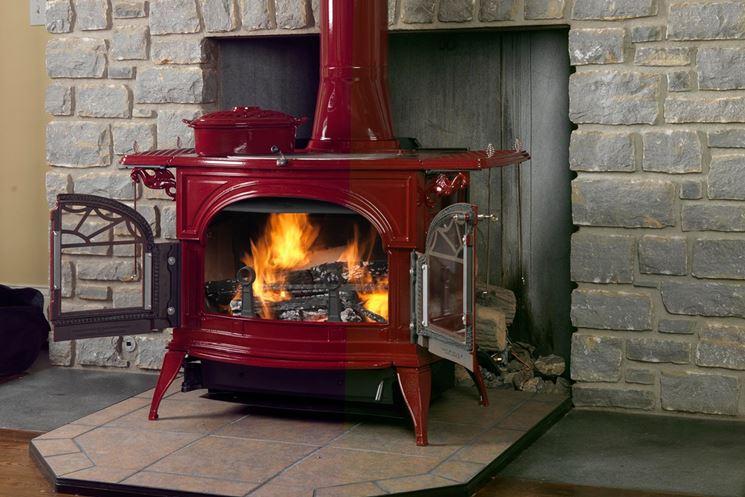Termostufa a legna con rivestimento rosso