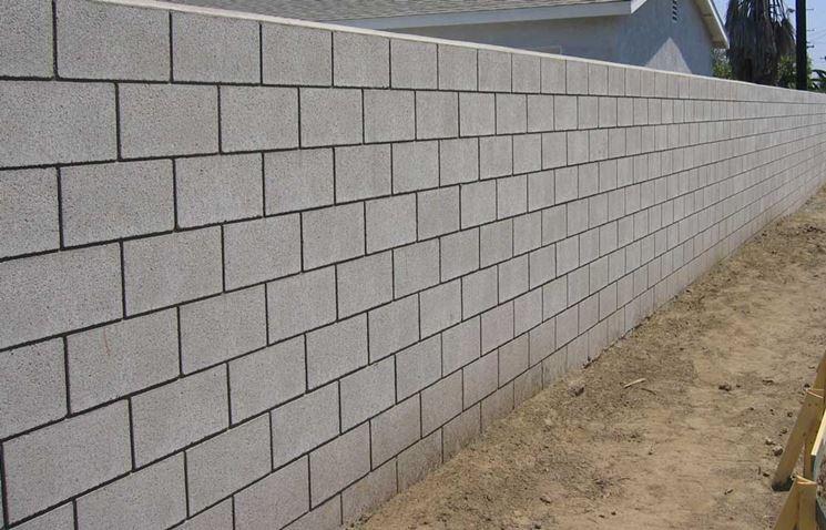 Un muro in calcestruzzo