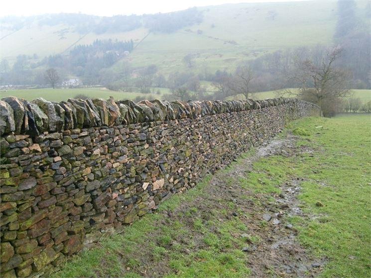 Muro a secco in una campagna