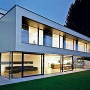 casa con finestre in alluminio anodizzato