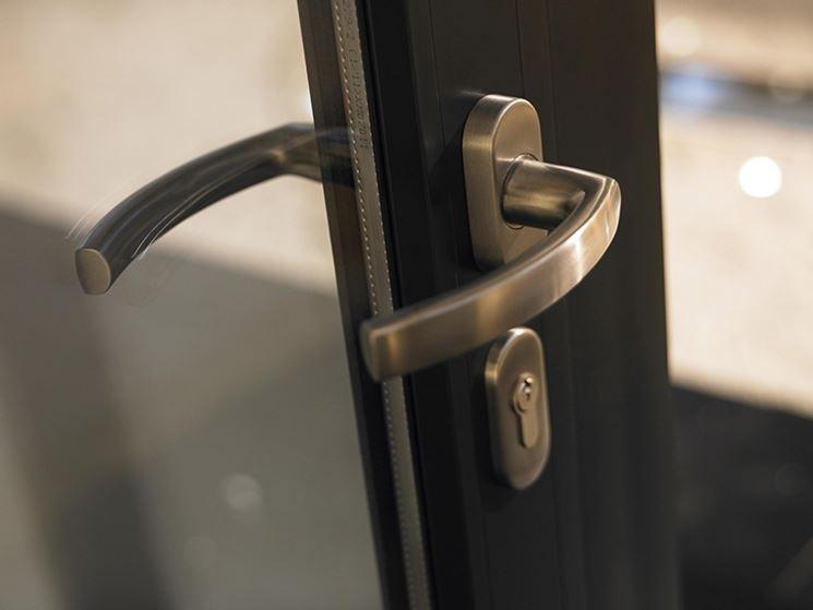 Elemento di chiusura dei serramenti