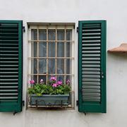 finestra con ante in legno