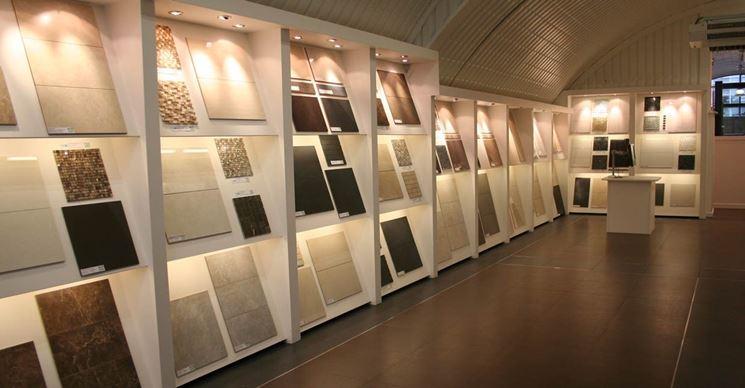 Scelta di mattonelle in uno showroom