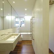 Bagno con pavimento in teak