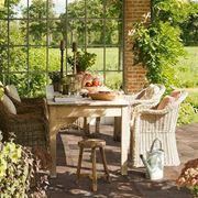 Elegante giardino con pavimentazione in ceramica