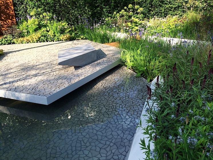 Piastrelle in cemento in un giardino