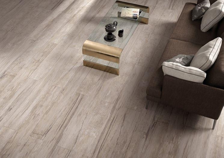 Living con pavimento in gres effetto legno