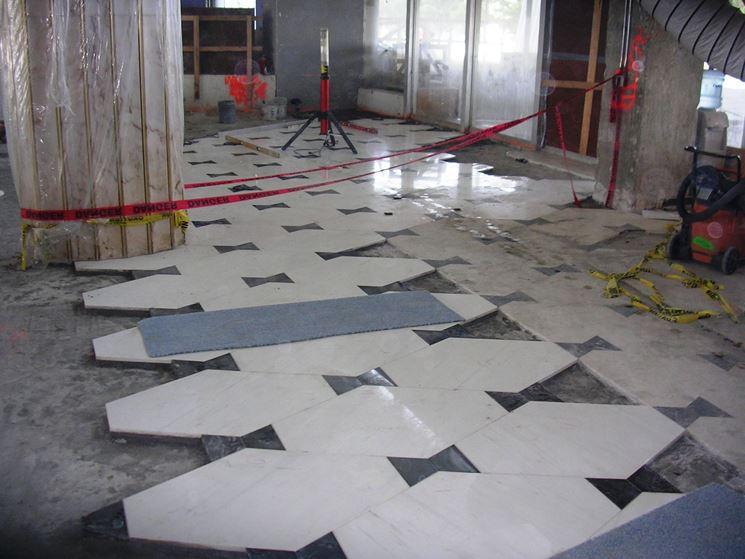 Posa di pavimenti in marmo