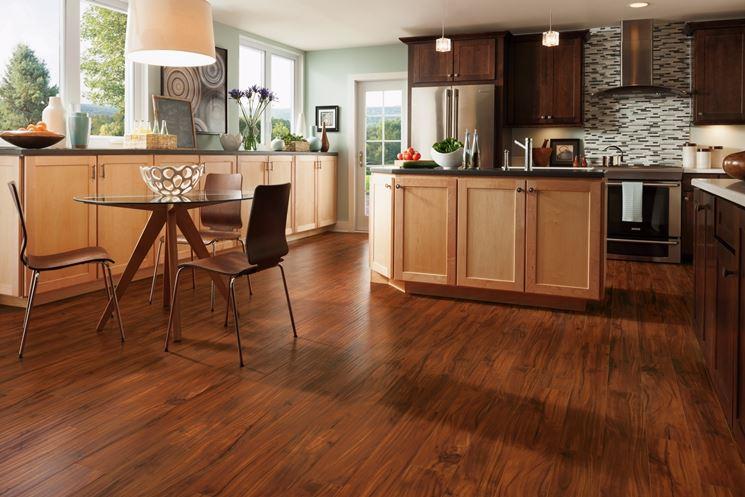 Cucina con pavimento in laminato